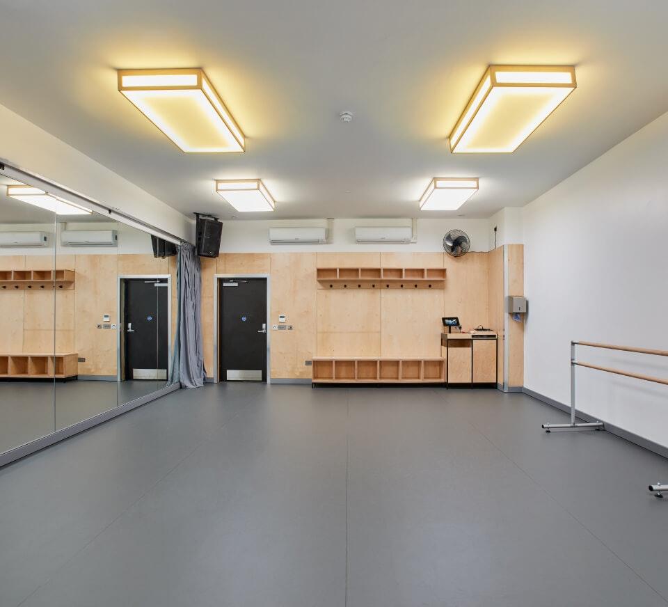 Vielseitig nutzbar und mit professionellen Tanzschwingböden von Harlequin, einer freistehenden Ballettstange, Spiegelwand, Soundsystem und mehr ausgestattet.
