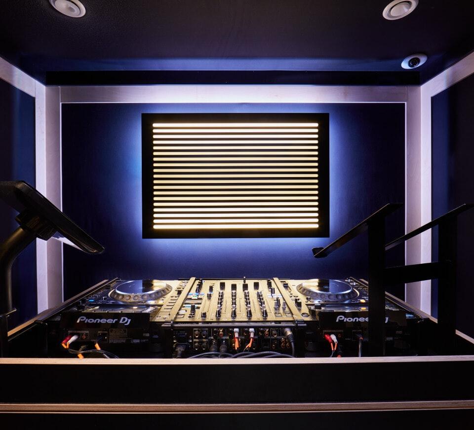 Descubre la nueva generación de alquiler de estudios para DJs con configuraciones de club, equipos Pioneer, capacidad de transmisión en vivo, iluminación, controles de temperatura personalizados, y más.