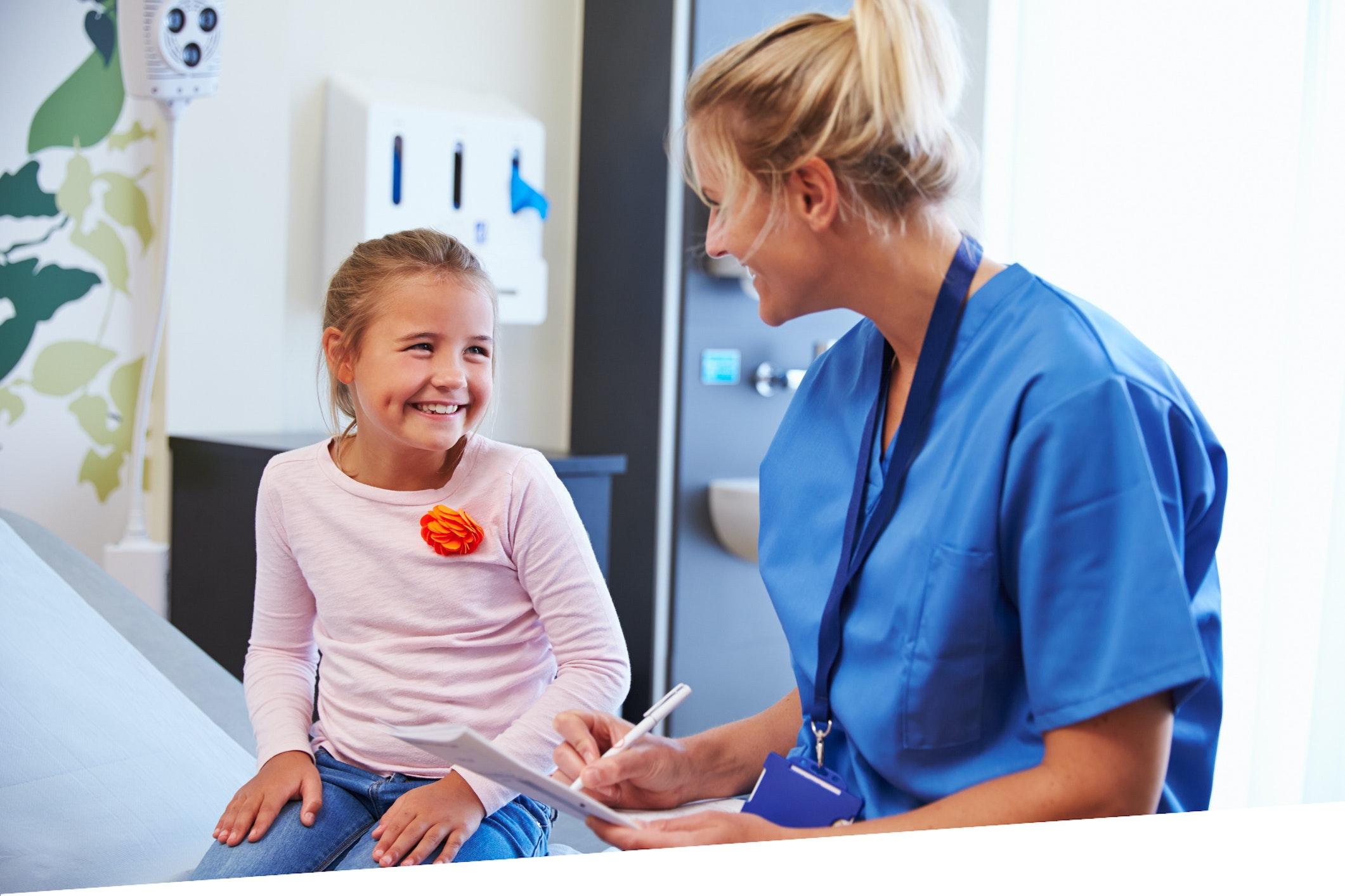 Kinderkrankenschwester mit Kind