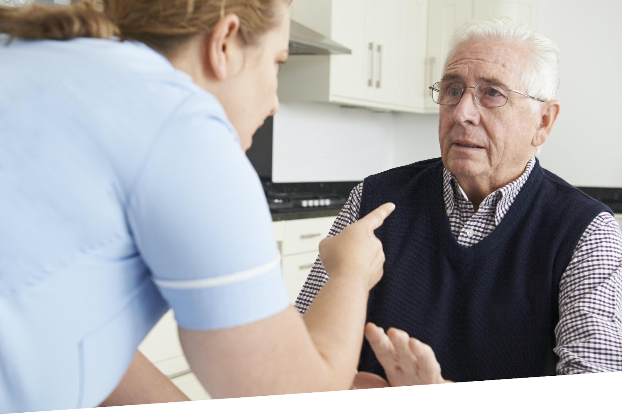 Pflegerin bedroht alten Mann