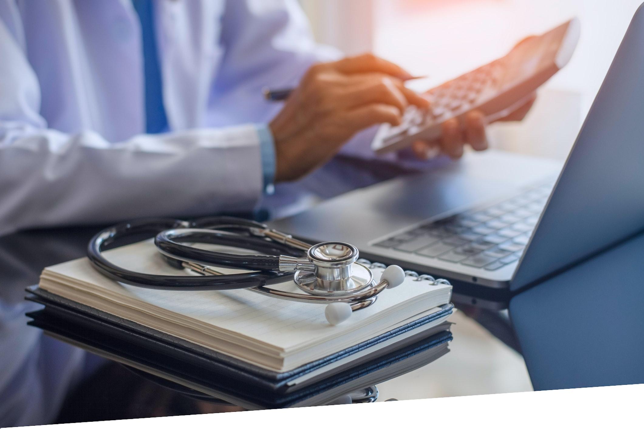 Facharzt rechnet mit Taschenrechner sein Gehalt aus