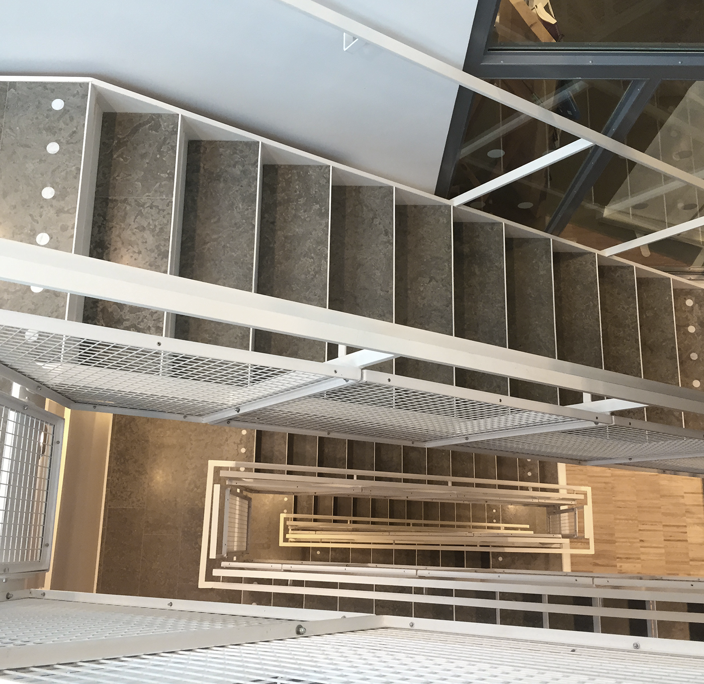 Rak trappa med krenelerat nät och kontrastmarkering