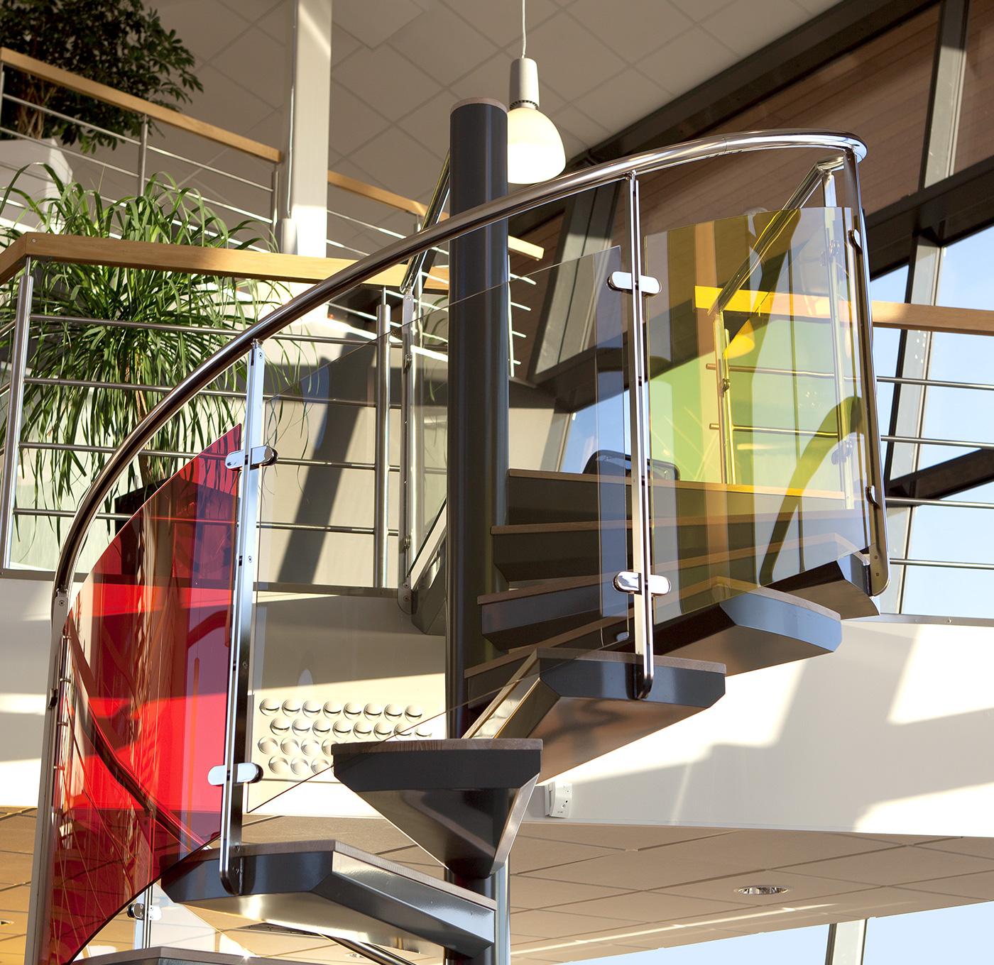 Spiraltrappa exklusiv inomhus med glasräcke