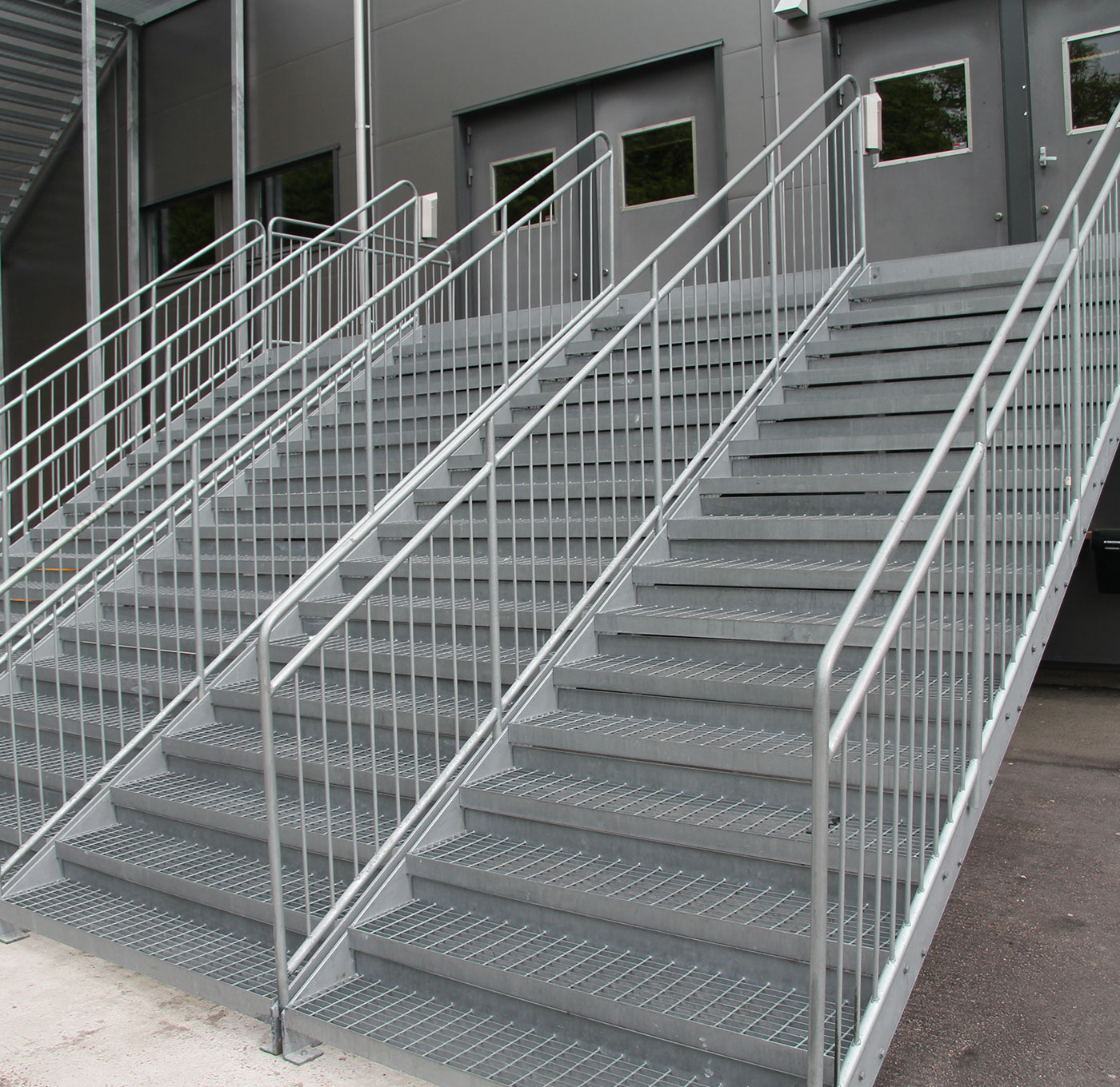 Childsafe straight staircase with steps of grating