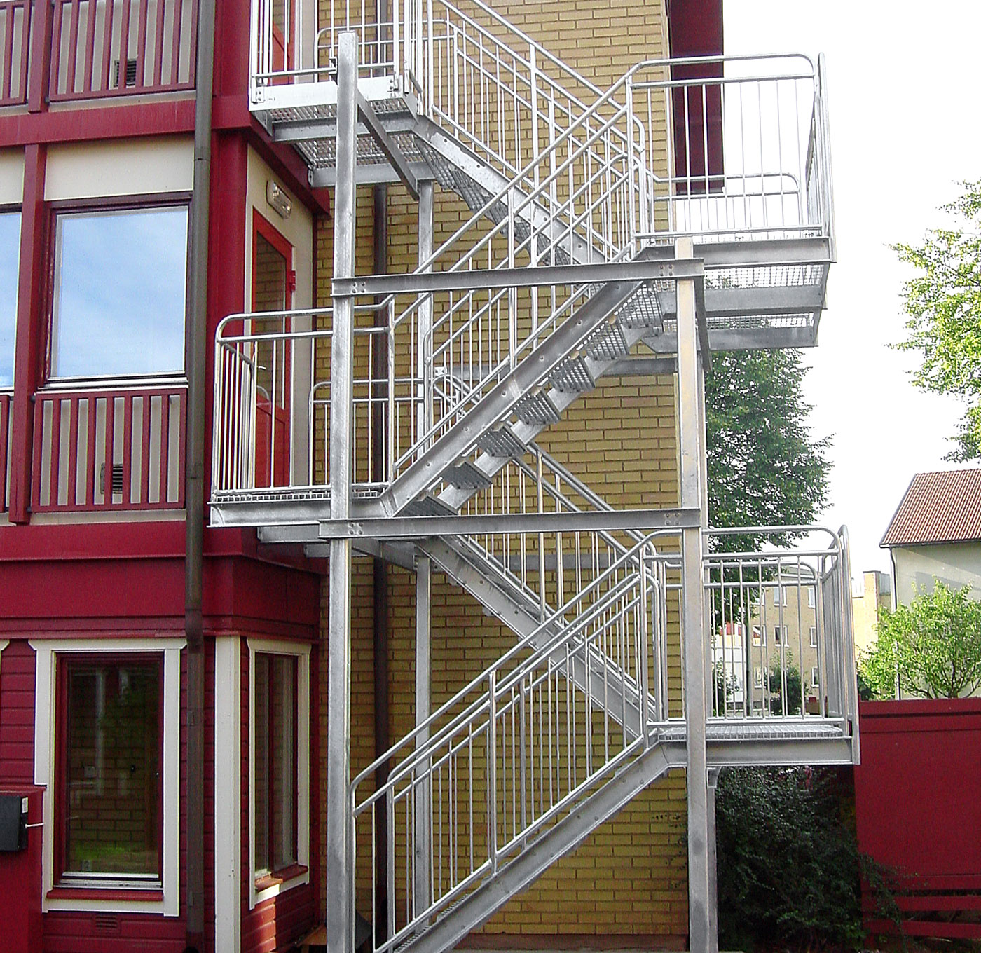 Hot-dip galvanized straight staircase with childsafe railing