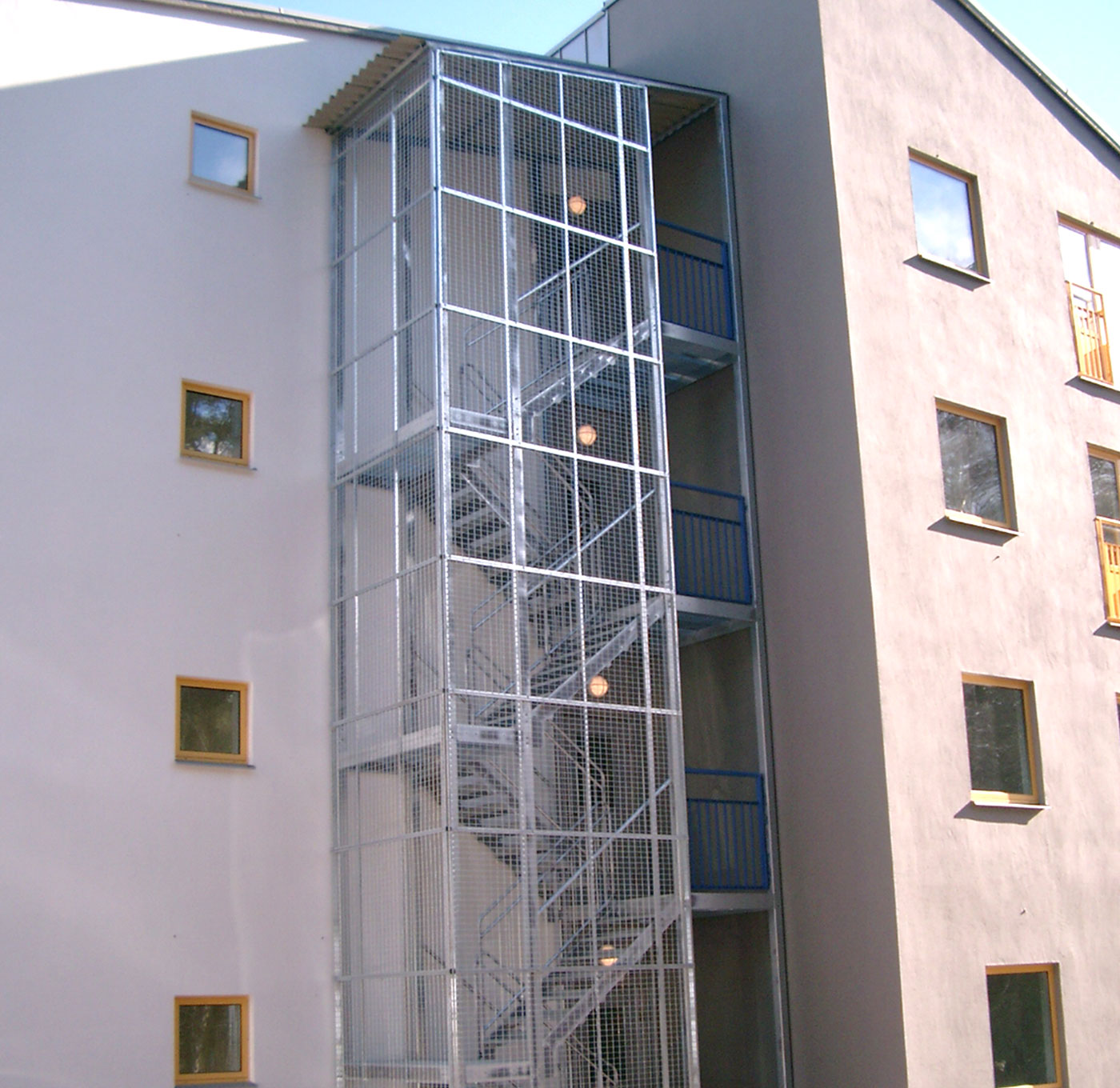 Straight staircase standard with protective cage