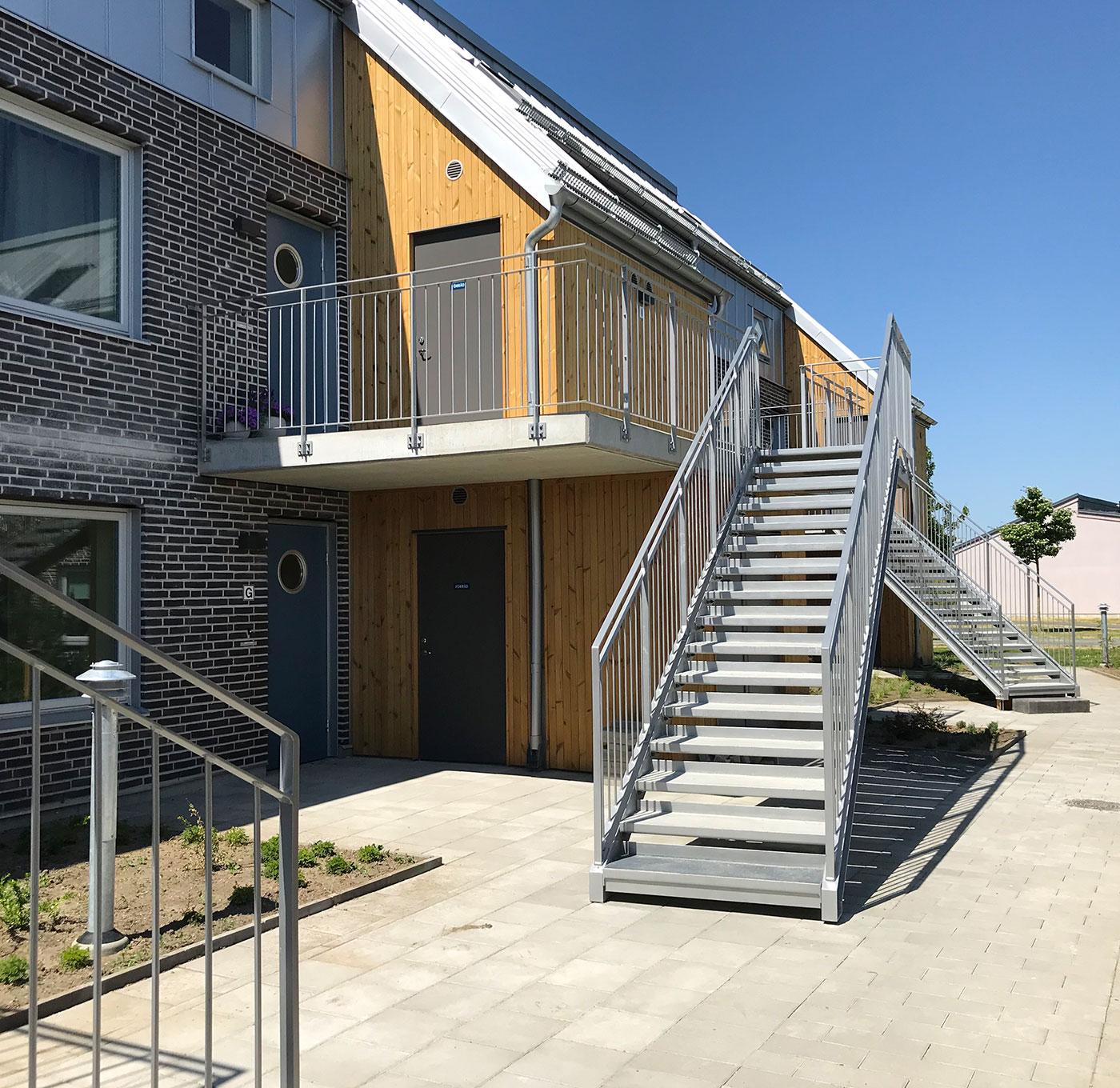 Barnsäker rak trappa utomhus med steg av plåt