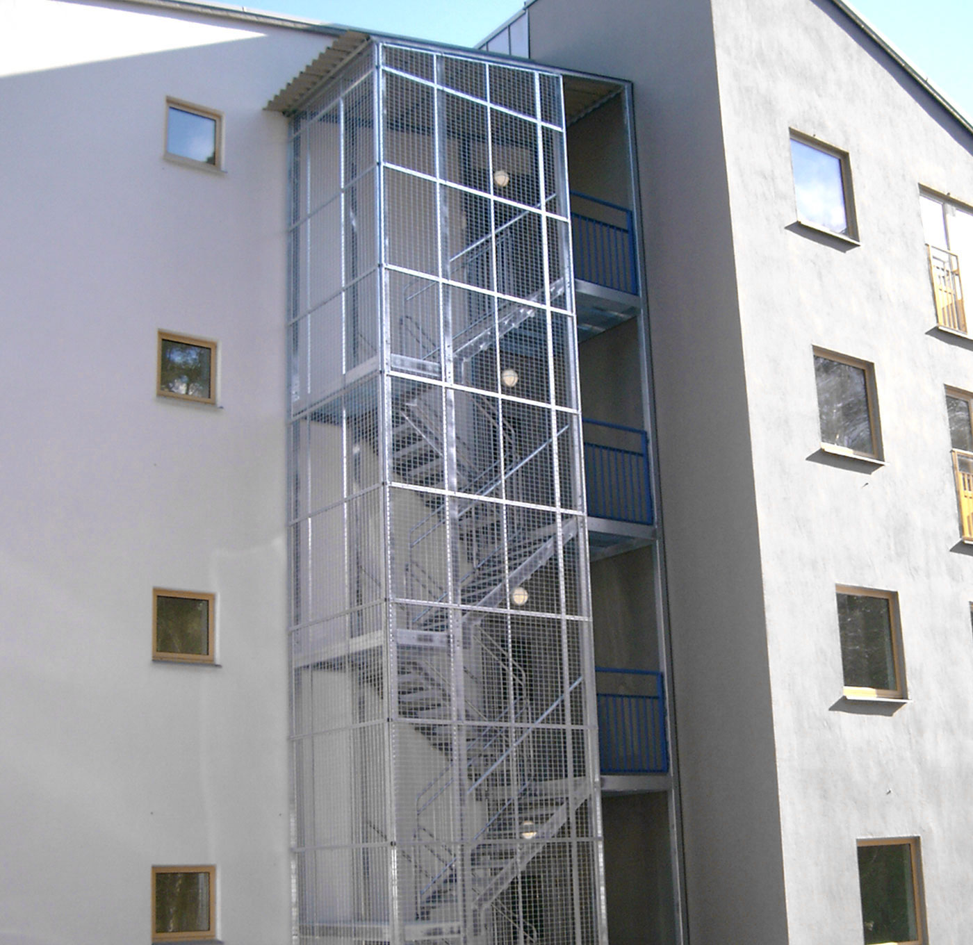 Straight staircase with protective cage