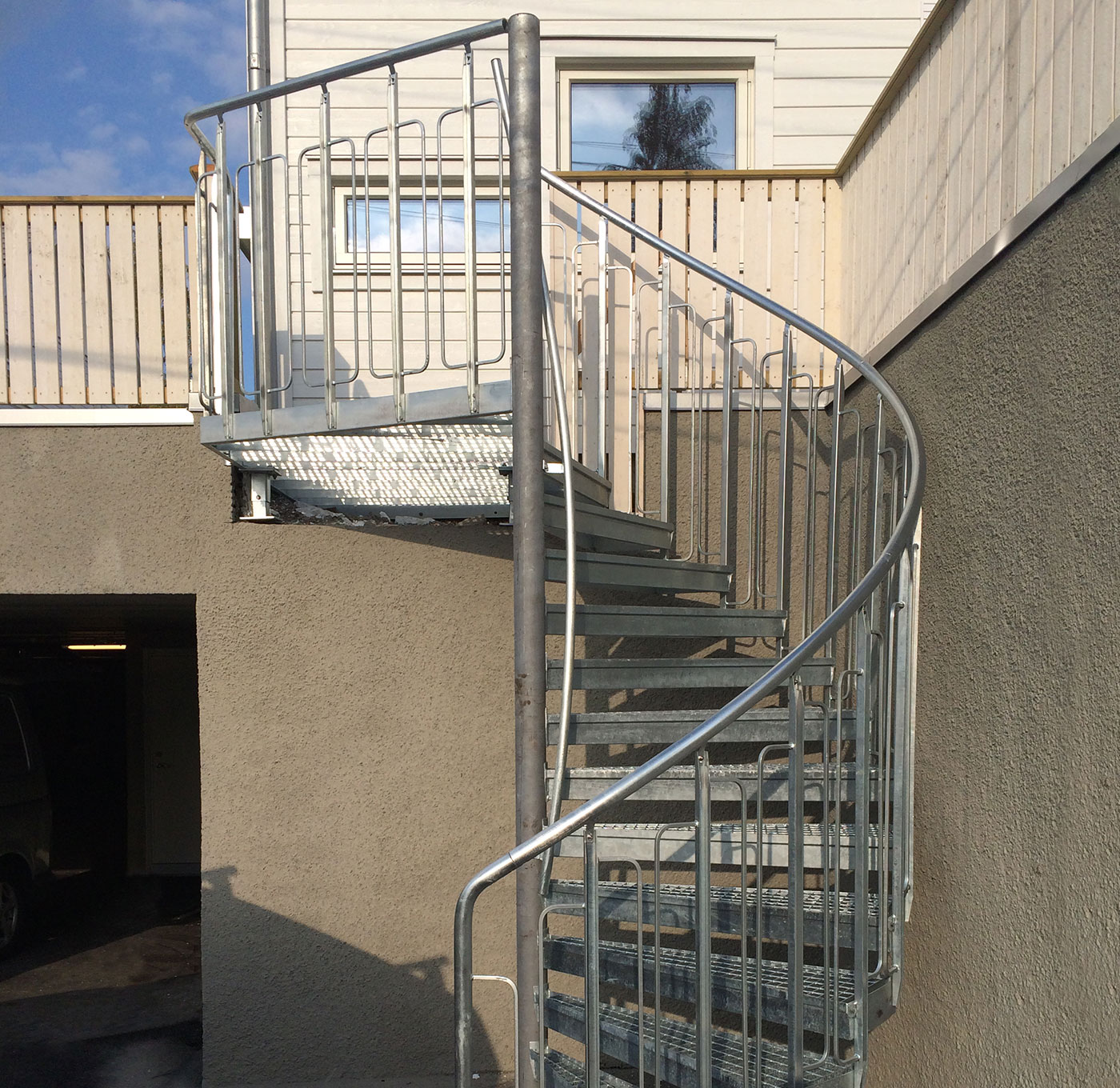Childsafe spiral staircase with handrail on center tube