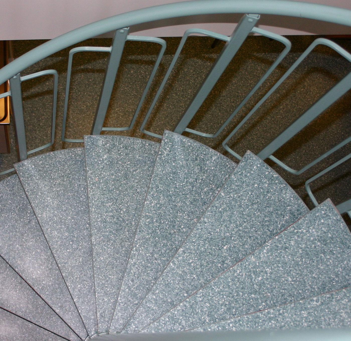 Pulverlackerad spiraltrappa med matta