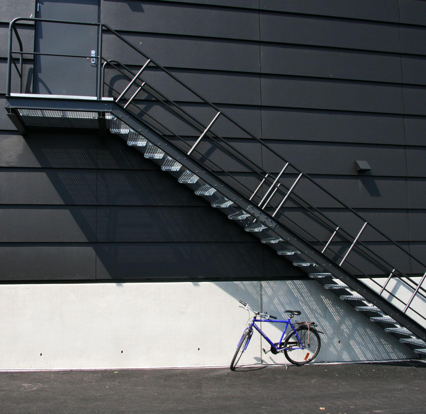 Rak trappa med pulverlackerat industriräcke