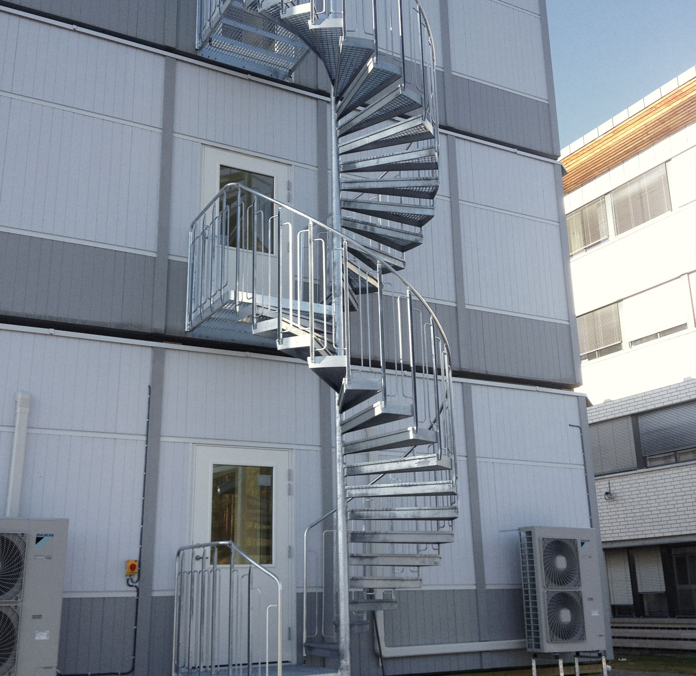 Spiral staircase with steps of grating and childproof railing