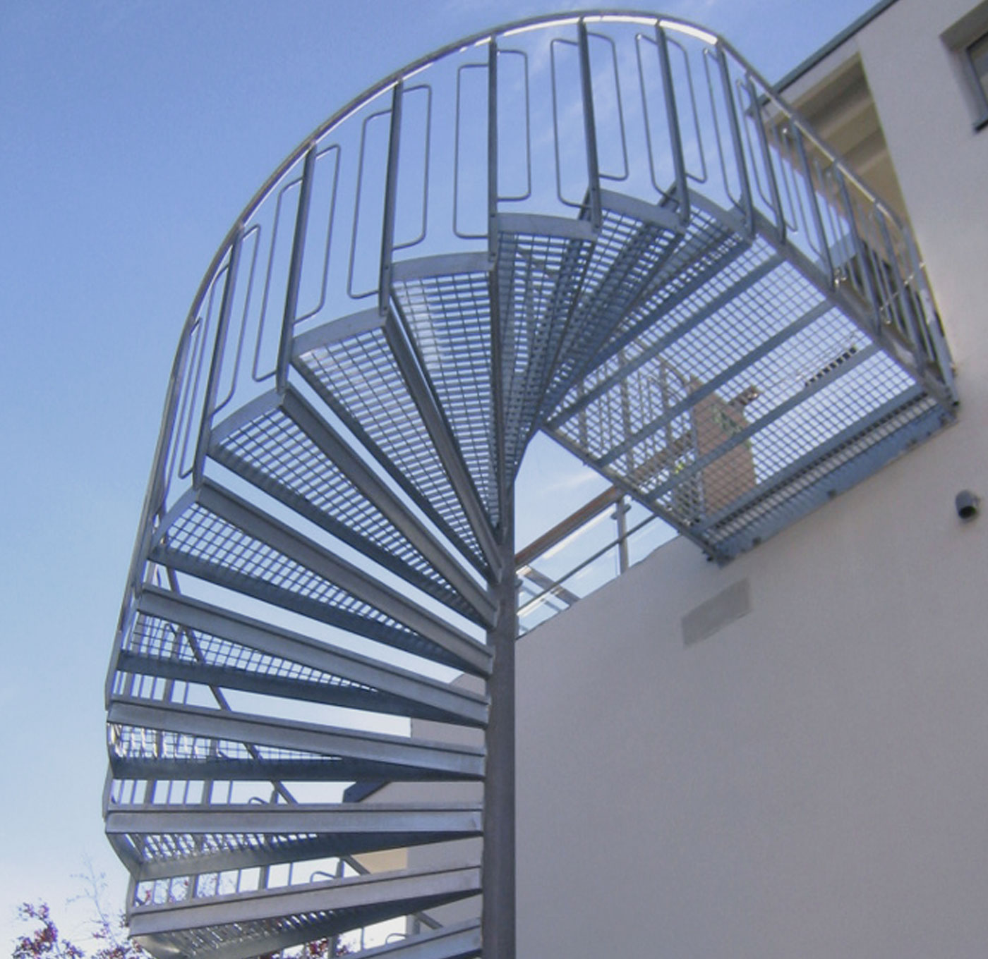 Spiral staircase childsafe railing with arcs