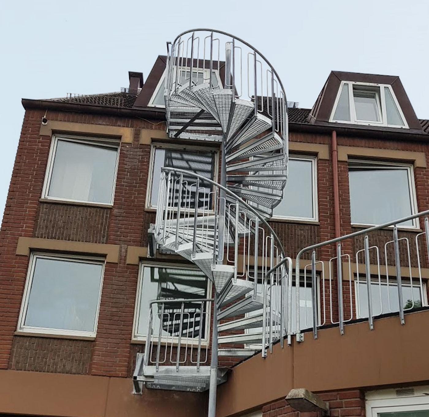 Utomhus spiraltrappa med barnsäkert räcke