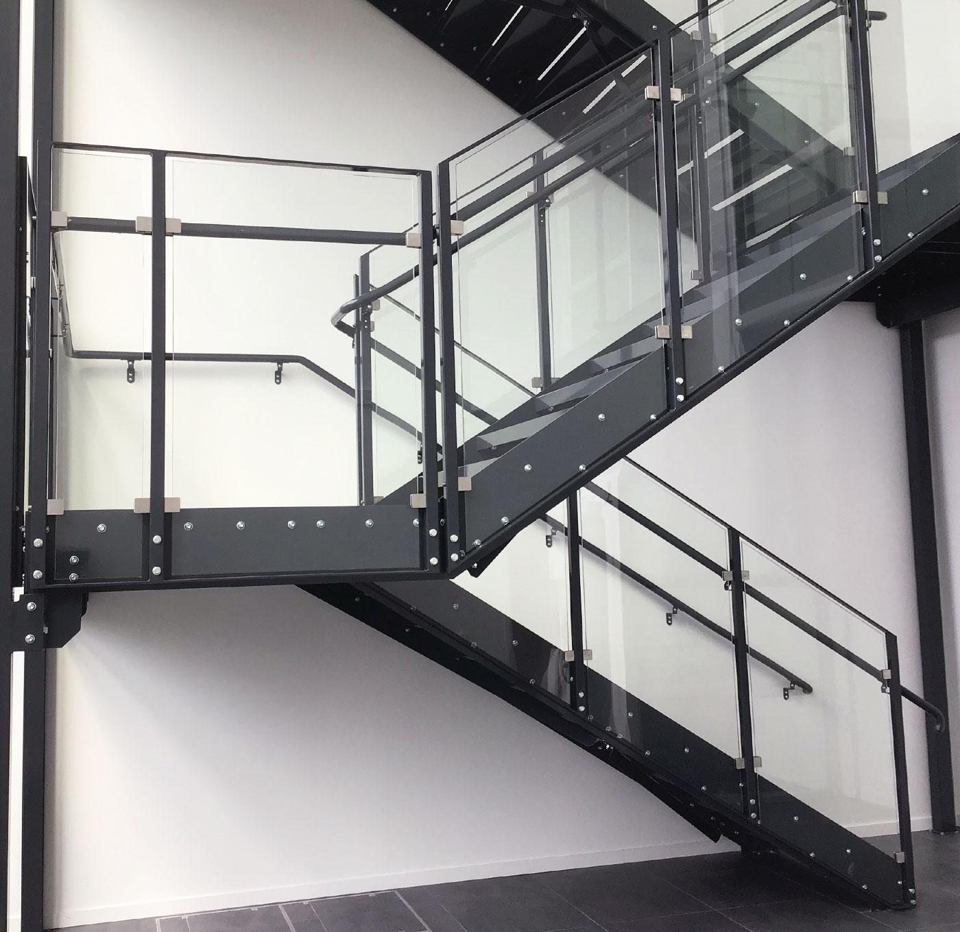 Raktrappa med pulverlackerad inre handledare och glasräcke