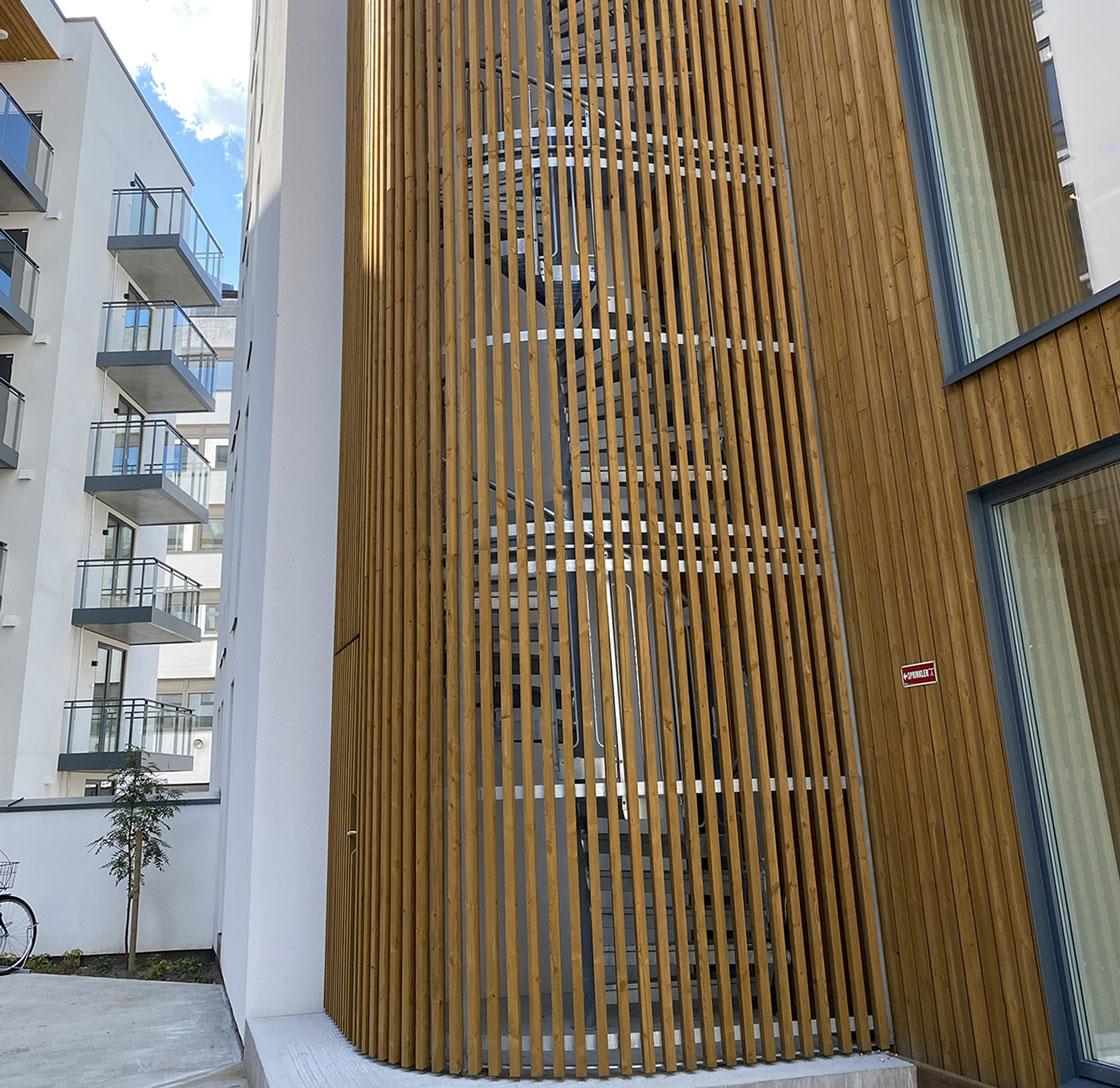 Feuerverzinkte Spindeltreppe mit bodenverbundenem Käfig aus Holz