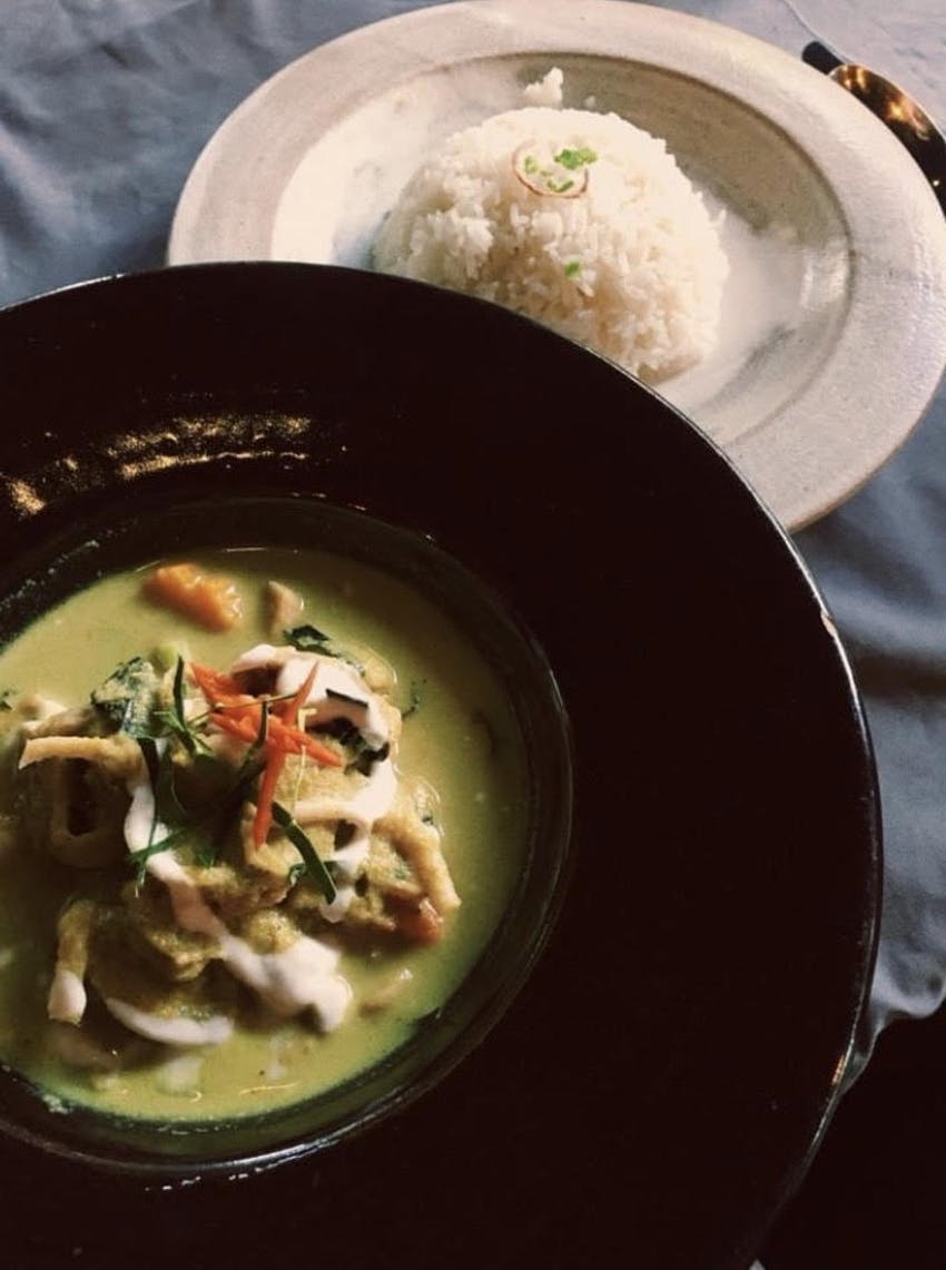 thai green chicken curry with fluffy white rice