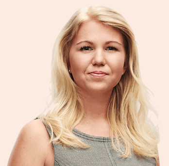 Elina Berglund i en ljus bakgrund