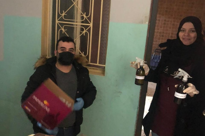 Medewerkers van Terre des Hommes in Libanon geven corona-voorlichting.