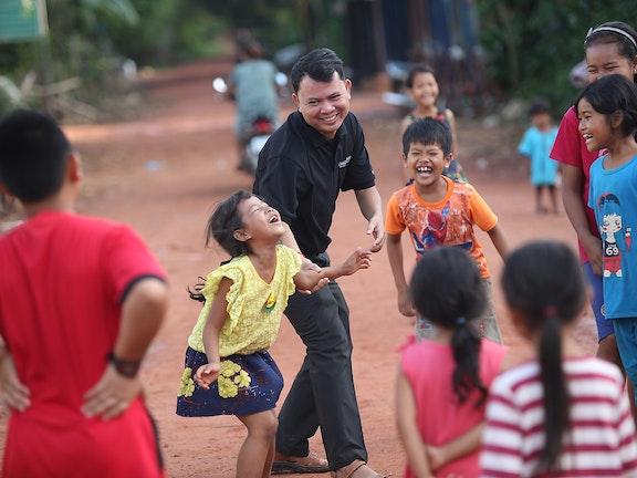 Kinderen spelend op straat in betere tijden, hier in de buurt van Siem Reap, Cambodja