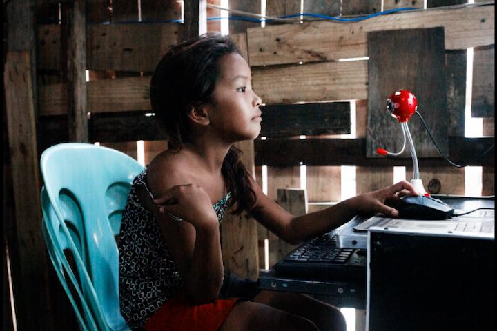 Webcamseks en livestreaming vanuit de Filipijnen. Dit meisje is een actrice. Foto van Corbino/Terre des Hommes