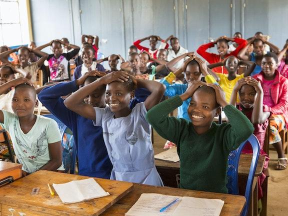 Kinderen in een klaslokaal Terre des Hommes