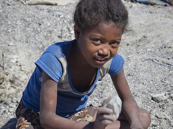 mica mijnbouw in Madagaskar. De helft van de mica arbeiders bestaat uit minderjarigen