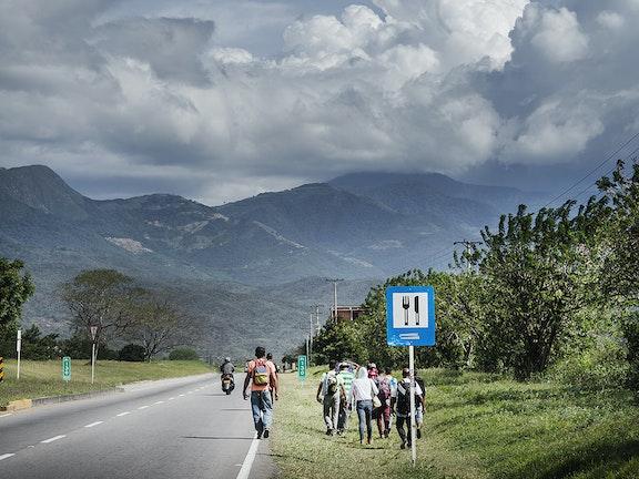 Vluchtelingen uit Venezuela langs de weg bij Cucuta in Colombia