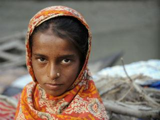 bangladesh_girl_looking_right_into_the_camera_320x240.jpg