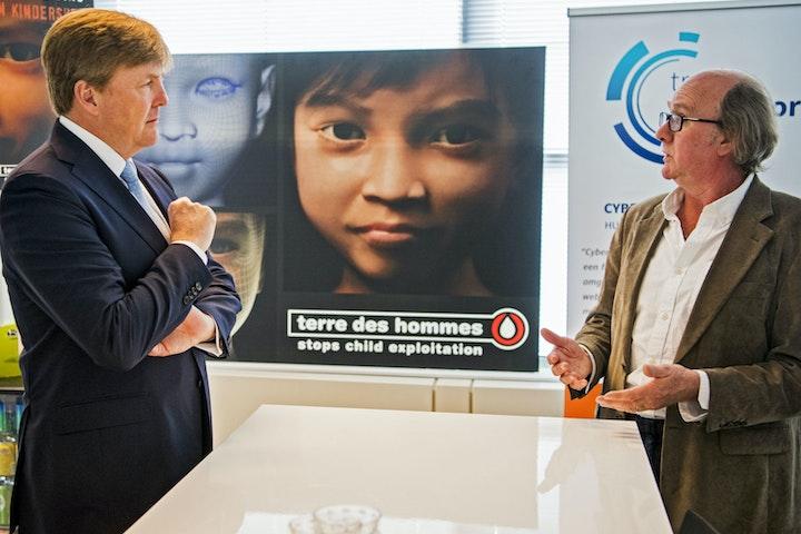 De koning ontmoet Sweetie tijdens bezoek aan de The Hague Security Delta Terre des Hommes Sweetie seksuele uitbuiting van kinderen