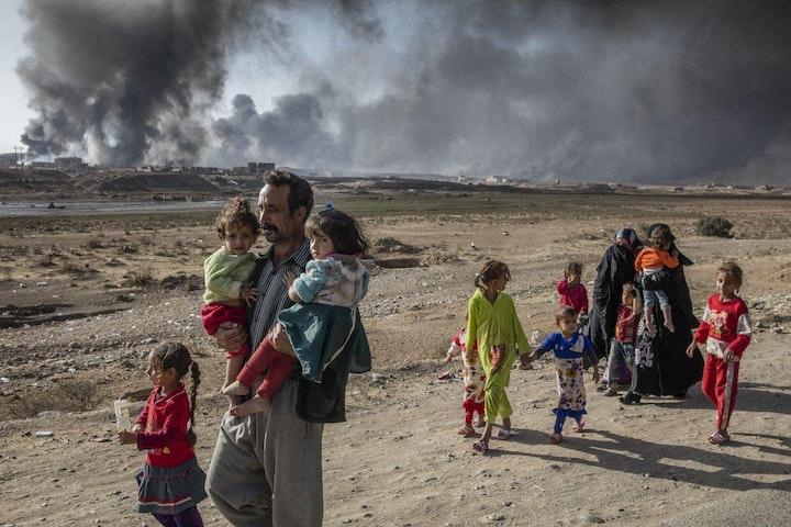 Een gezin dat Mosul ontvlucht (foto: DRA) Terre des Hommes Noodhulp Irak