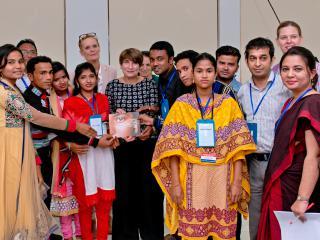 minister_ploumen_ontmoet_getrouwde_meisjes_in_bangladesh_-foto.jpg