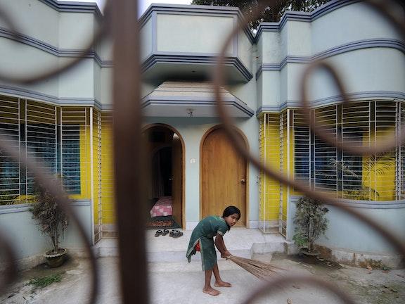 Onderzoek in Bangladesh, mede mogelijk gemaakt door Terre des Hommes, toont aan dat kinderen die werken in de huishouding ernstig worden uitgebuit en vaak slachtoffer zijn van fysieke of psychische mishandeling en seksueel misbruik. De kinderen moeten gemiddeld 15.9 uur per dag werken voor een minimaal salaris. Deze huisslaafjes zijn extra kwetsbaar, omdat het misbruik achter gesloten deuren plaatsvindt. Daardoor krijgt deze vorm van uitbuiting nauwelijks aandacht, behalve wanneer een kind ernstig gewond ra