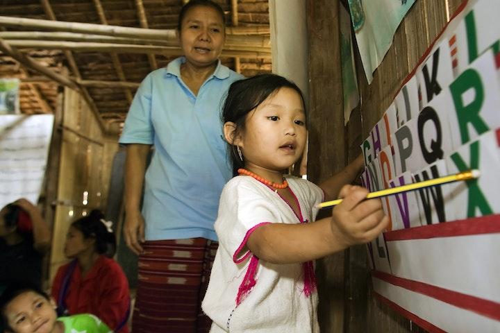 Bij aanvang van het project in 2011 was het voor migrantkinderen uit het politiek onrustige buurland Myanmar zeer moeilijk om toegang te krijgen tot het Thaise onderwijssysteem. De kinderen misten vaak de juiste papieren. Intensieve samenwerking met de Thaise overheid en een aantal Thaise scholen leidde er uiteindelijk toe dat een aantal onderwijscentra voor migrantkinderen nu officieel zijn erkend door het Thaise ministerie van Onderwijs. Hierdoor zijn duizenden migrantkinderen in Thailand verzekerd van on