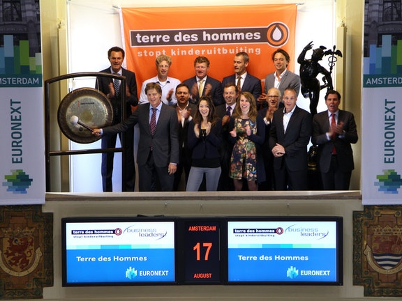 Gongslag beurs Euronext door Terre des Hommes