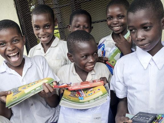 Schoolklas met lachende meisjes