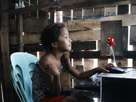 Gedwongen tot webcamseks door haar eigen moeder Terre des Hommes seksuele uitbuiting van kinderen Filippijnen