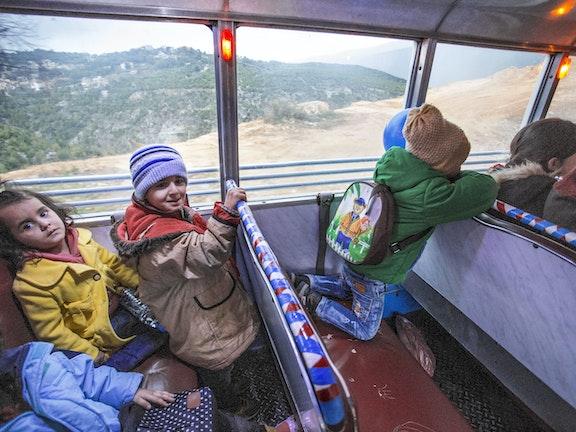 Buschauffeur rijdt Syrische kinderen elke dag naar school