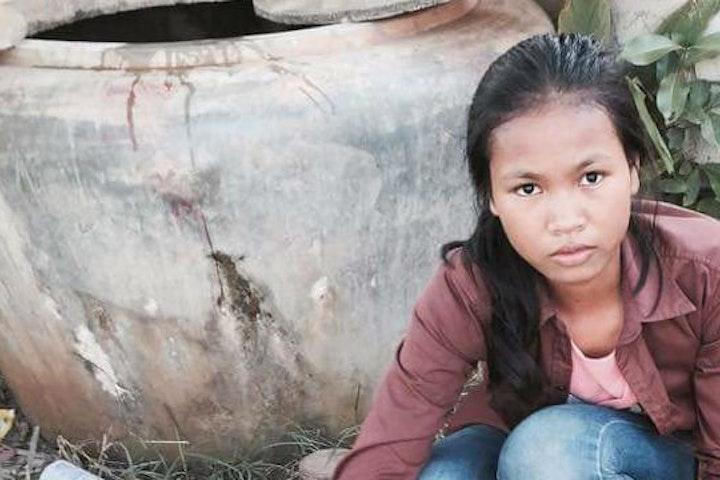 Soun Chanthy (15) is één van de beste leerlingen van haar klas. Zij gaat met veel plezier naar school en zit al in groep 8 van de lagere school in het dorpje Phteas Rong in Cambodja. Aan haar vrolijke gezicht zie je niet af hoeveel obstakels het meisje heeft moeten overwinnen om naar school te kunnen gaan. Terre des Homms Cambodja kinderarbeid