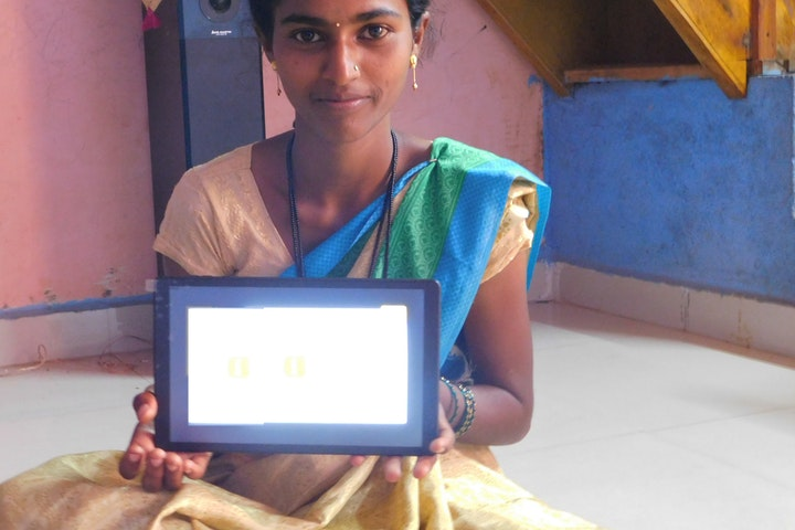 Priya leert thuis met een tablet.