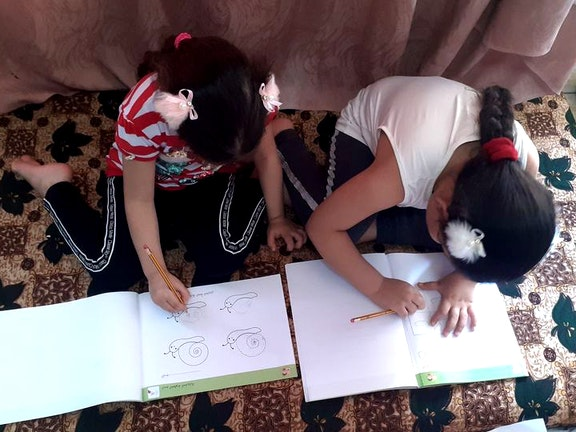 De dochters van Zahra leren via het programma van Back to the Future.