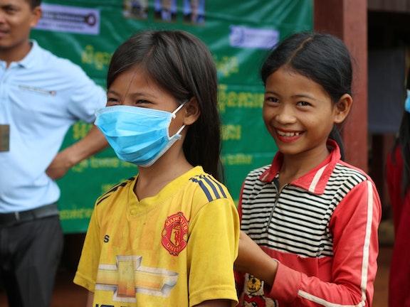 Meisjes met mondkapjes in Cambodja