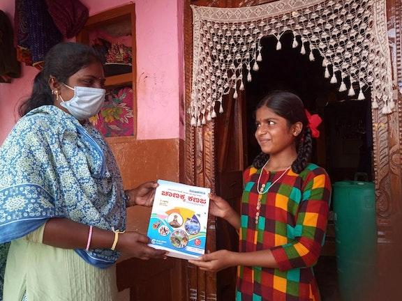 Mangala ontvangt haar diploma