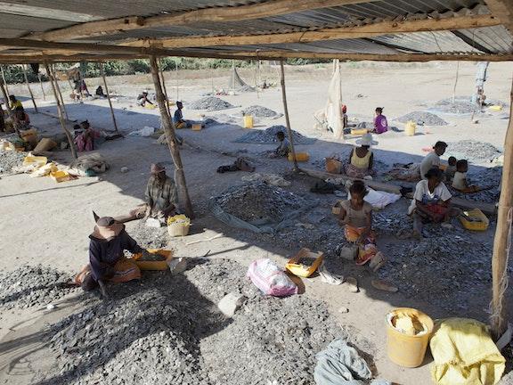 Kinderen gaan van jongs af aan op een lege maag in onveilige omstandigheden naar hun werk