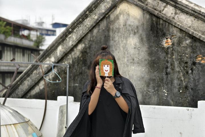 In 2018 bezocht fotograaf Marieke van der Velden twee opvangcentra ondersteund door Down to Zero in Thailand. Zij portretteerde de aanwezige tieners en luisterde naar hun verhalen, over wat het betekent om met steun aan een nieuwe toekomst te kunnen werken. Yo was een van jongeren, die nu ruim twee jaar later opnieuw is bezocht.
