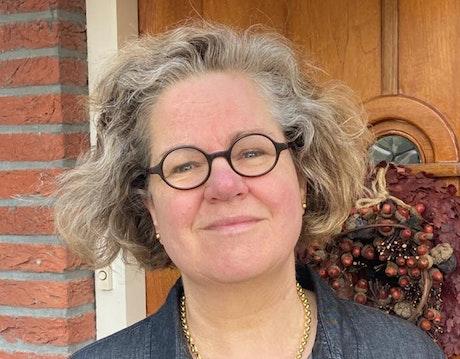 Mariza Looijen is voorzitter, secretaris én winkelmedewerker in de Terre des Hommes winkel in Delft