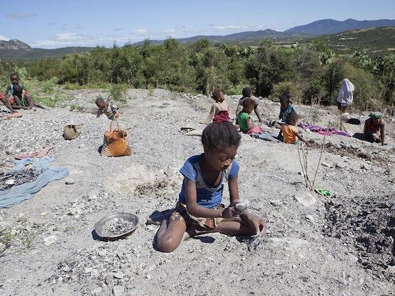 Kinderarbeid in Madagaskar. In de mica mijnen werken naar schatting uit 2019 ca 11.000 kinderen. Foto Jan-Joseph Stok/Terre des Hommes