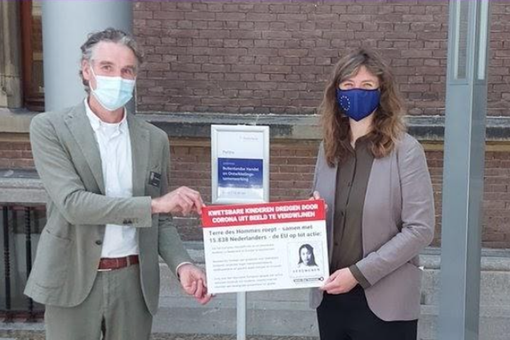 Onze nieuwe directeur overhandigt petitie in Den Haag