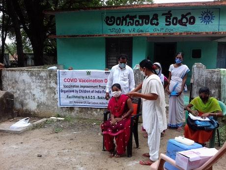 Bij het gezondheidscentrum Primary Health Care Centre in Andhra Pradesh worden mensen met steun vanuit de Giro555-campagne gevaccineerd. Photographer: John Dheena, Terre des Hommes Netherlands