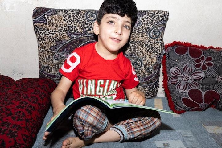 Louay met een van zijn schoolboeken